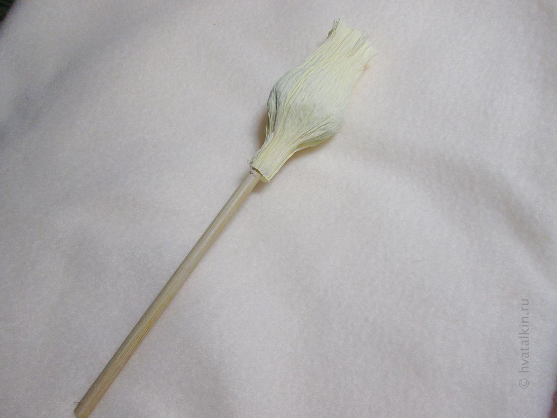 Приклеиваем шпажку к цветку